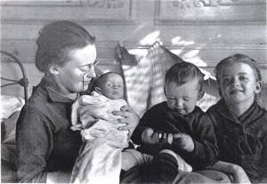 Елизавета Скобцова с детьми. Настя — слева