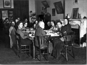 Столовая на Лурмель, в торце сидят С.Б. Пиленко и Мать Мария